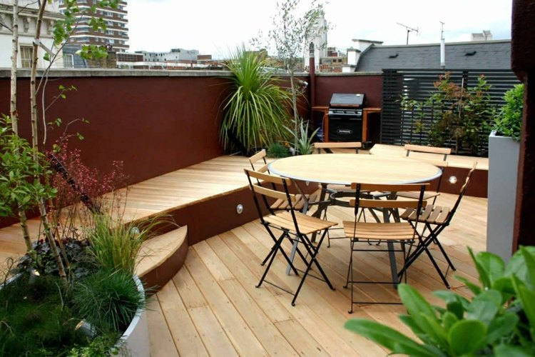amenager-terrasse-table-chaises-bois-plantes